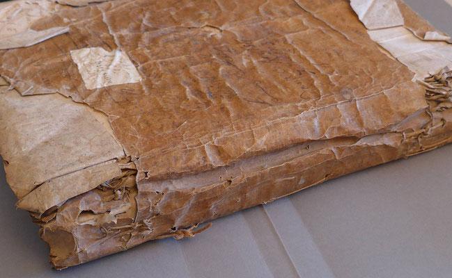 Document en parchemin avant restauration.