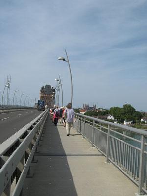Auf der Nibelungenbrücke über den Rhein
