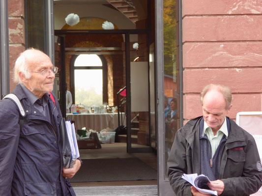 Unsere fachkundigen Wanderführer Martin Lauth und Gunther Haarstark vor dem Jagdschloss Platte.