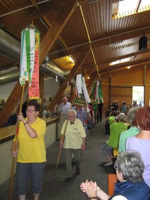 Einmarsch der Wimpelträger in die Waldseer Sommerfesthalle. Unseren Wimpel trug natürlich Frau Steinhäußer.