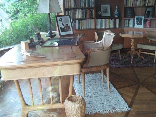 Bei der Anfahrt stoppten wir in Rhöndorf und besuchten das Adenauer-Haus. An diesem Schreibtisch verfasste der erste Bundeskanzler seine Erinnerungen.