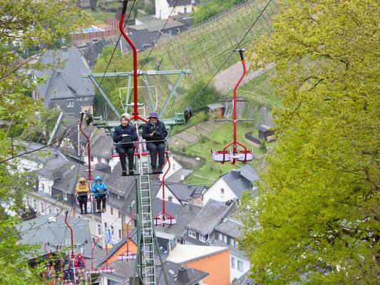 Unsere Kurzwanderer fuhren von Assmannshausen mit dem Sessellift zum Jagdschloss Niederwald hinauf