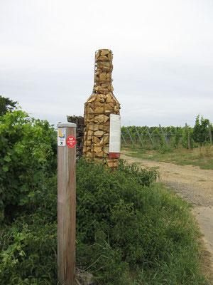 Diese überdimensionalen Weinflaschen weisen rund um Alzey-Weinheim auf Besonderheiten rund um den Weinbau hin.