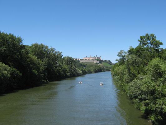 Wir nähern uns unserem Tagesziel Würzburg, wovon die Ansicht der Marienburg unzweifelhaft kündet