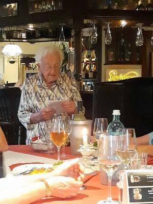 Frau Steinhäußer spricht bei unserem Abschlussabend in  der Neugrabener Börse, einem gediegenen und altehrwürdigen Lokal mit guter Küche und sehr aufmerksamem Personal.
