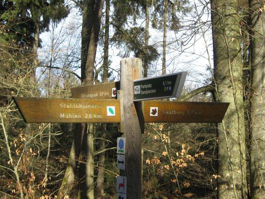 der Wegweiser sagt uns: nach 700 m werden wir am Hessenpark sein