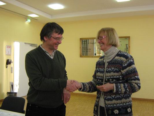 Joachim Storck gratuliert Vanda Kiderer zur ersten Jahresauszeichnung
