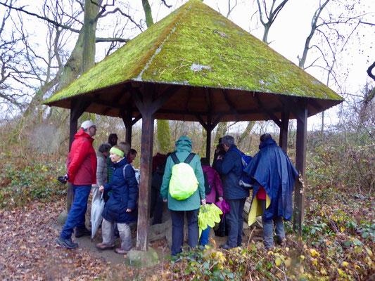 eine Hütte bei den Schwanheimer Neuwiesen bot Wetterschutz für eine kurze Pause, bei der wie immer im Dezember ein Aufwärmtrunk ausgeschenkt wurde.