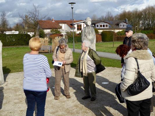 Eindrücke vom Eschborner Skulpturenpark, Frau Heußler informiert