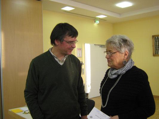 Joachim Storck gratuliert Ilse Hofmann zur 4. Jahresauszeichnung