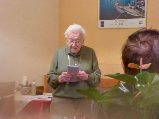 In der Blauen Adria hielt Frau Steinhäußer ihre Ansprache. Brigitte Heußler hatte mit liebevoller Saaldekoration für einen weihnachtlichen Rahmen gesorgt.