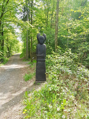 eine von einigen Skulpturen bei der Keltensiedlung Altburg