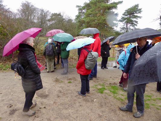 Ohne Regenschutz ging es nicht, bereits beim Start am Rande des Industrieparks Höchst wurden die Regenschirme gezückt.