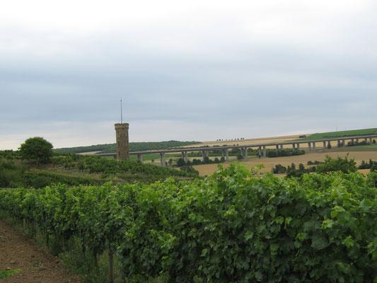 Rückblick über den Heiligenblut-Turm zur Selztalbrücke. Über viele Stunden war die große Brücke auch aus weiter Ferne noch zu sehen.
