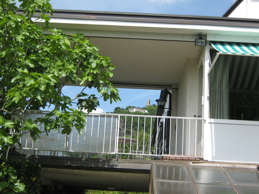 Durchblick durch Adenauers Wohnhaus hinauf zum Drachenfels