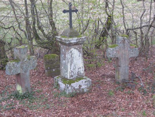 Die Johanniskreuze. Links das ursprüngliche, von Johannis vom Wilenstein errichtete Wegekreuz.