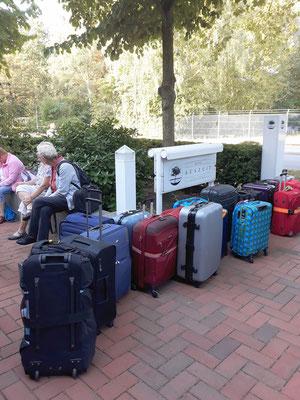 Die Koffer stehen bereit, um für die Heimreise zur S-Bahnstation transportiert zu werden. Wir selbst gingen die wenigen Minuten zu Fuß.