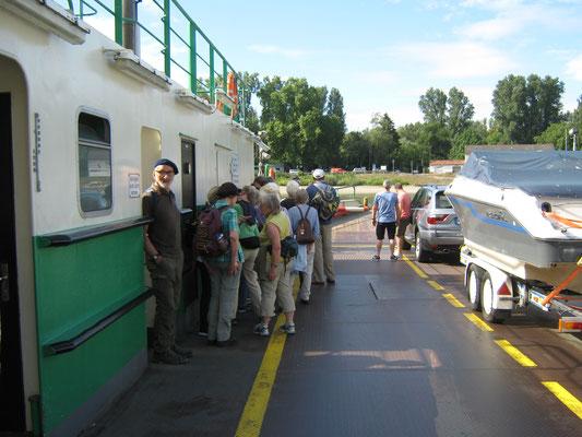 Wir setzen mittels Fähre von Baden-Württemberg nach Rheinland-Pfalz über.