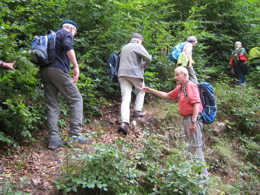 Wanderführer Alois Kessel hilft an einer Engstelle