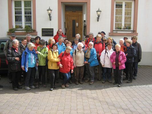 unsere Gruppe vor dem Eibinger Zehnthof mit Jubilarin Ilse Steinhäußer in der Mitte