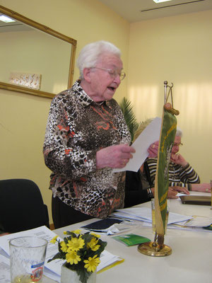Ilse Steinhäußer begrüßt die Schar der Teilnehmer