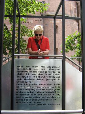 Unsere Stadtführerin hinter Luthers originalem Redetext