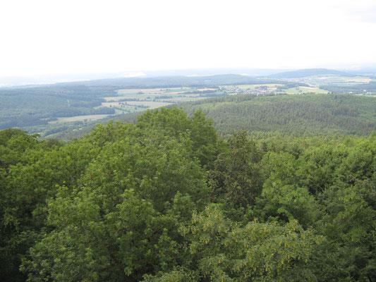weit reicht der Blick von der Mottener Haube bis über den Kaliberg bei Neuhof