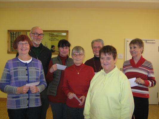V.l. Hedi Göbl, Dagobert Diemann, Edith Hanusch, Christel Hering, Karin Schmidt, Tamae Menzel und Petra Schäfer erhielten die 8. bzw. 9. Jahresauszeichnung