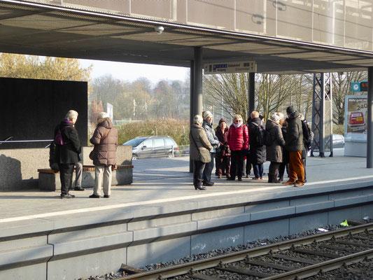 Wir warten auf den Abmarsch an der U-Bahnstation