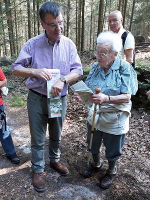 Ilse Steinhäußer und Joachim Storck studieren auf dem Hasselbrack die Wanderkarten. Markierungen gibt es auf Hamburgs höchster Erhebung nicht.