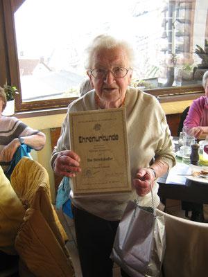Ilse Steinhäußer mit der Urkunde für 70 Jahre PWV-Mitgliedschaft