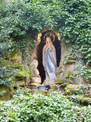 Marienfigur in der Lourdesgrottte unweit des Dichterhains