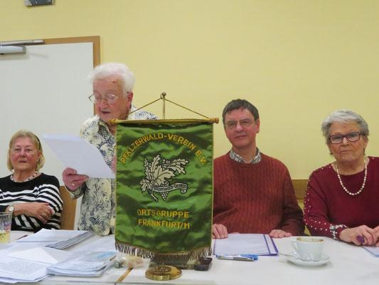 Frau Steinhäußer beim Vortrag des Rechenschaftsberichtes. Links Kassenverwalterin Inge Bader, rechts unsere bisherige zweite Vorsitzende Gabriele Wenderoth, dazwischen Wanderwart Joachim Storck