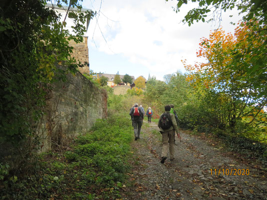 Hohe Mauern künden davon, dass wir Schloss Dhaun näherkommen