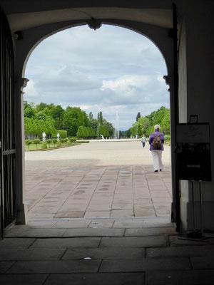 Blick durchs Eingangstor in den Park