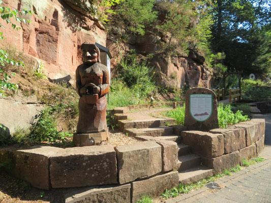 rund ums Biosphärenhaus haben Holzkünstler zahlreiche Skulpturen geschaffen, wie dieses Kräuterweib gleich beim Eingang