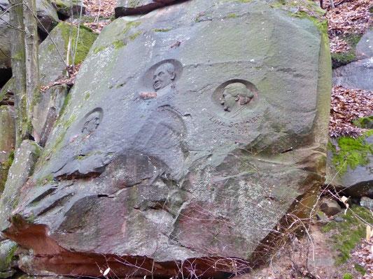 Relief am St. Martiner Dichterhain, der an den Bellemer Hainer, an den Sänger des Pfälzerwalds, Fritz Claus und an die Heimatschriftstellerin Lina Sommer erinnert