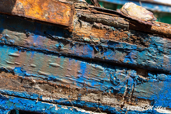 Crackling Color of a Shipwreck
