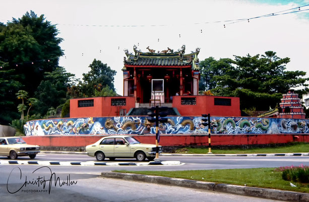 Many different religions are represented in Kuching. One example is the chinese Tua Pek Kong Temple, the oldest temple in the city,  which is affiliated to the taoism.