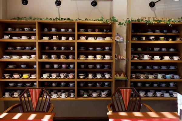 約300種類以上ある高級カップの飾り棚