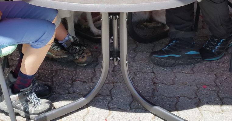 Wasser für die unterm Tisch und Wasser für die oberm Tisch!