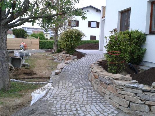 Gartenweg aus Granitkleinstein 9/9
