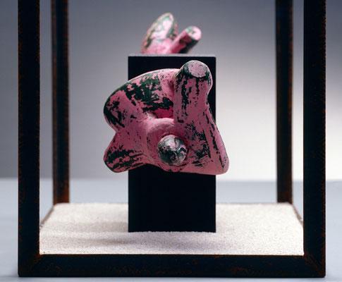 Modulo 3  das einsam ist  2007, 21 x 38 x 26 cm,  ferro, cera, legno, sabbia