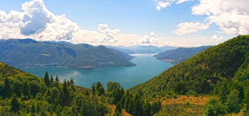 Panoramica dal Monte Sassello sul lago Maggiore, con Cannobio sulla destra