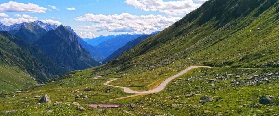 Panoramica verso meridione con il Monte Sosto e la strada che porta a Pian Geirett