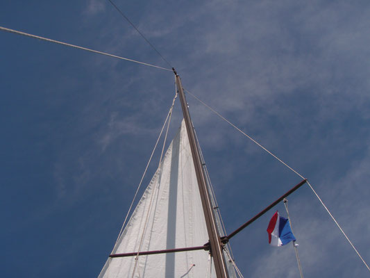 The main sail halyard disappearing (and not coming down again until St Florent :-D) ....