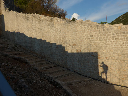 Juli walking an the wall of Ston