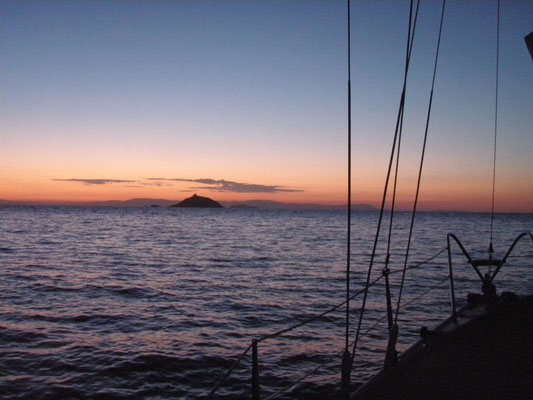 On anchor in Cala delle Alghe: waiting for the sun...