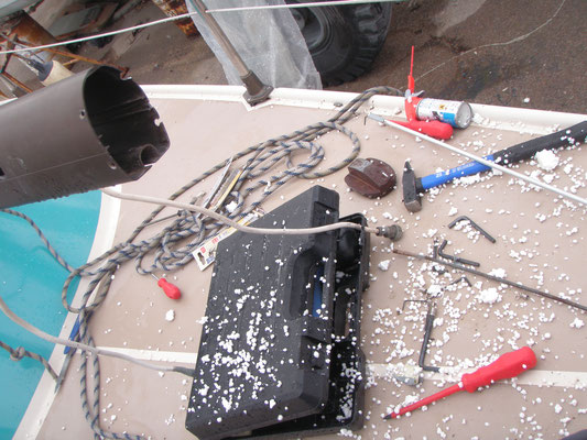 a huge mess and heaps of lost nerves to get the vhf antenna cable through the mast :-/