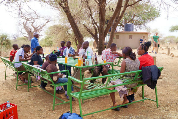 ... and teachers during the lunch an Matete Picknick Spot.